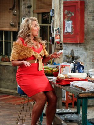 2 Broke Girls: And the Messy Purse Smackdown