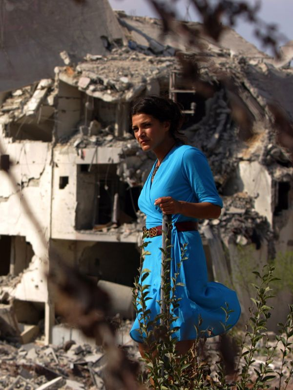 under the bombs by philippe aractingi In july 2006, war broke out between israel and lebanon unable to adequately process what was happening to his home country, lebanese director philippe aractingi decided to pick up his camera and start shooting ten days in, with no script and only the v.