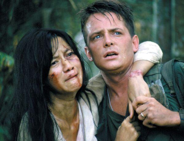 Michael J Fox bär på en kvinna, som är blodig i ansiktet, i Vietnam