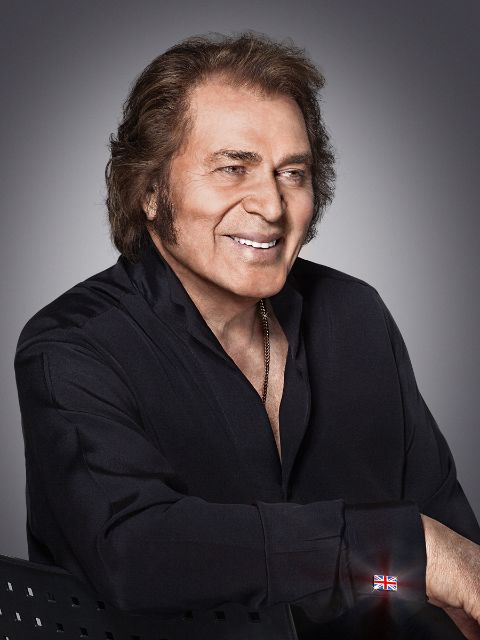 The 80-year old son of father Mervyn Dorsey and mother Olive Dorsey, 187 cm tall Engelbert Humperdinck in 2017 photo