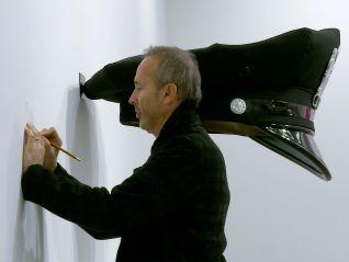 Erwin Wurm: Der Künstler, der die Welt verschluckt