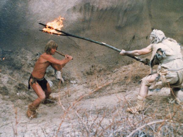 Una scena di lotta fra Yor e gli uomini del deserto