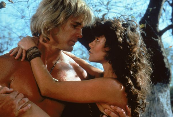 Reb Brown e Corinne Clery in una scena romantica
