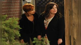 Mike & Molly: Poker in the Front, Looker in the Back